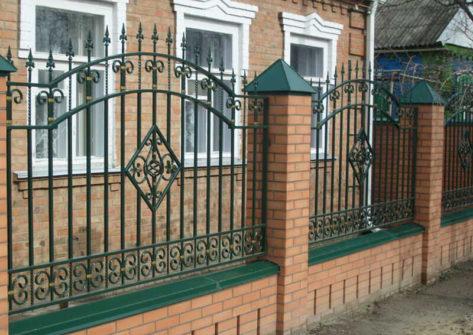 кирпичный забор с ковкой в Ижевске
